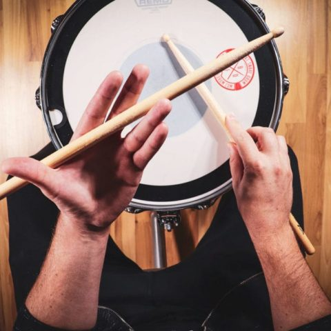 how to hold drumsticks